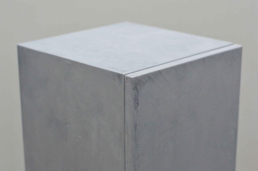 bovenkant kastsokkel betonlook met deur