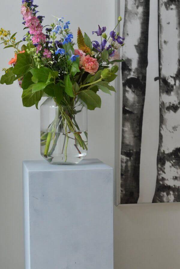 Betonlook_sokkel_met_bloemenvaas