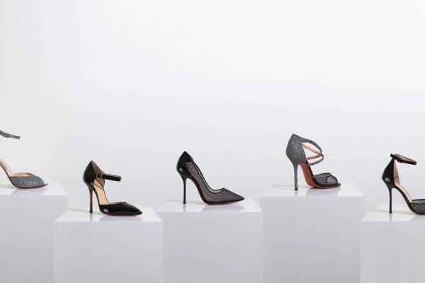 vijf_witte_sokkels_met_schoenen