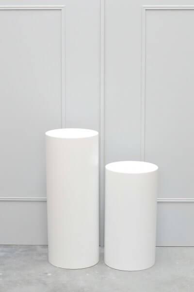 twee ronde sokkels wit verschillende hoogte