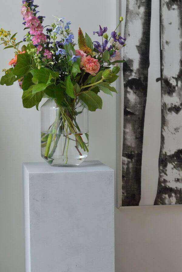 Betonlook sokkel met bloemenvaas