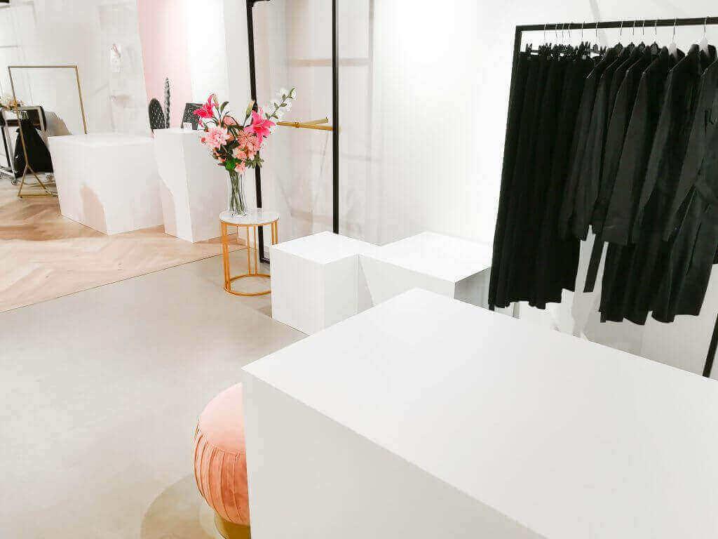 Verschillende afmetingen witte zuilen als winkelinrichting