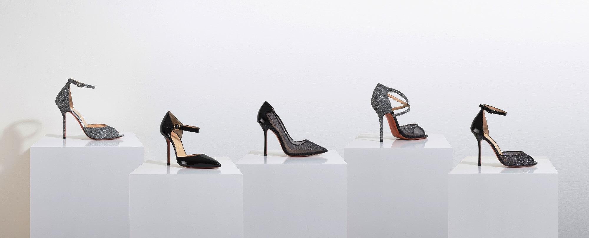 5 witte zuilen naast elkaar met schoenen bovenop